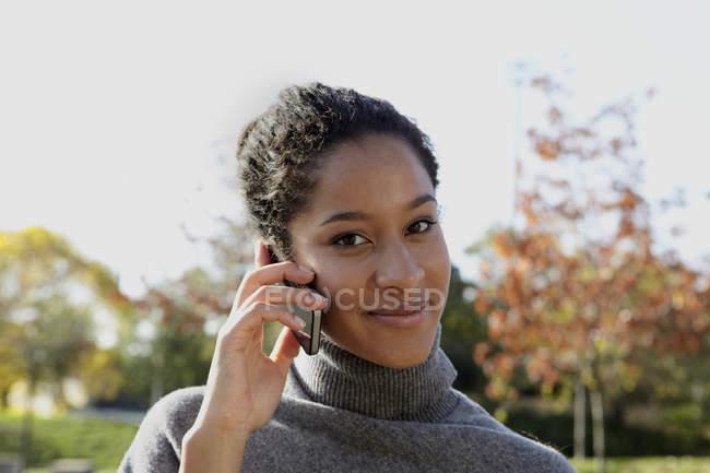 Молодая женщина разговаривает по смартфону — стоковое фото