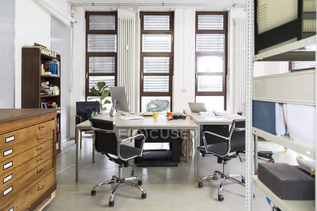 Пустой творческий кабинет в помещении — стоковое фото