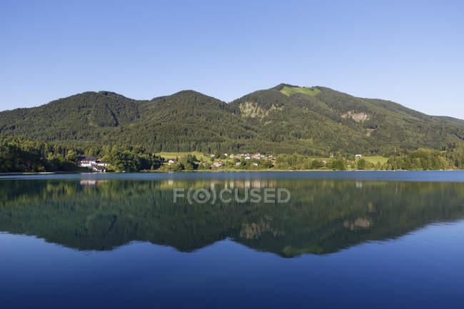 Austria, estado de Salzburgo, lago Fuschlsee, Fuschl am See y Filbing de montaña durante el día - foto de stock