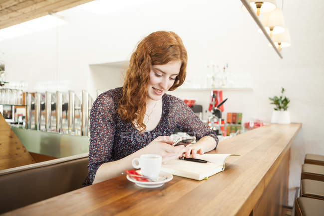 Портрет молодої жінки з смартфон читання Sms — стокове фото