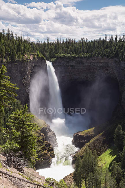 Canada, British Columbia, Wells Gray Provincial Park, Helmcken Falls scenic landscape view — Stock Photo