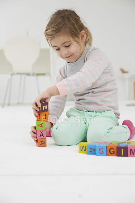 Дівчина грає з дерев