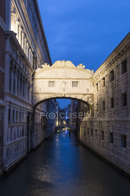 Italy, Venice, Bridge of Sighs over water at dawn — Stock Photo
