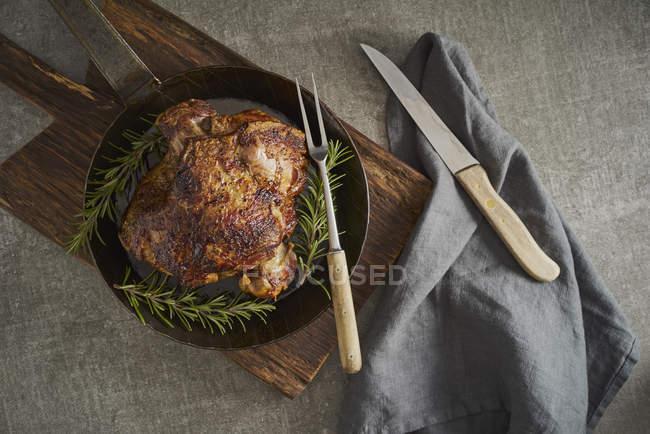 Leg of lamb with rosemary, frying pan — Stock Photo