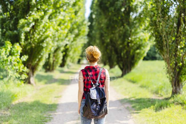 Rückansicht einer Frau mit Rucksack in der Natur — Stockfoto