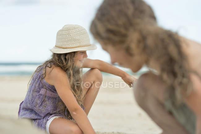 Primo piano di ragazzo e ragazza che giocano sulla spiaggia di sabbia — Foto stock