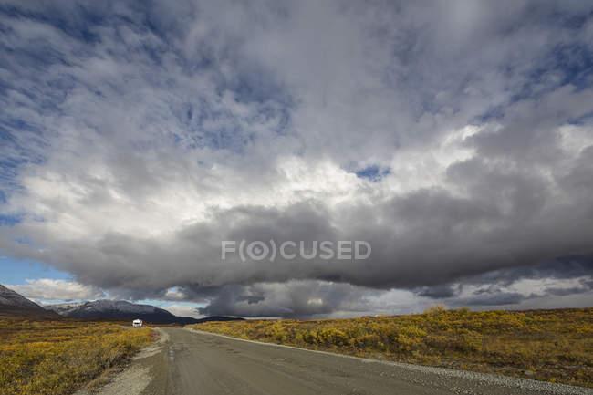Denali Highway im Herbst mit Wohnmobil auf Hintergrund, Alaska, Usa — Stockfoto