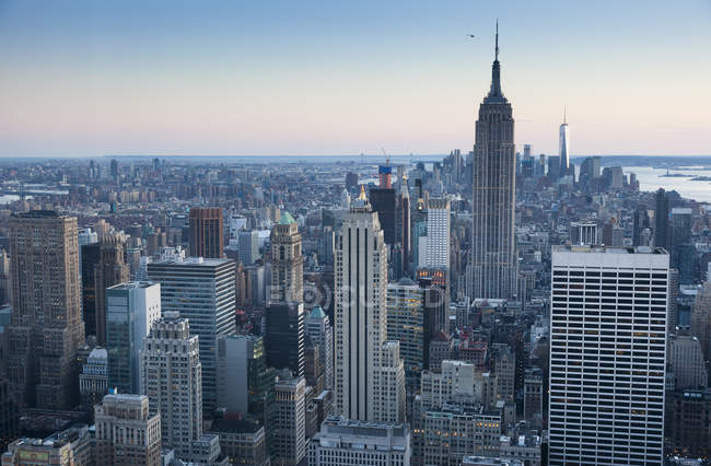 Panoramablick auf das Stadtbild mit Empire State Building am Abend, Manhattan, New York City, USA — Stockfoto