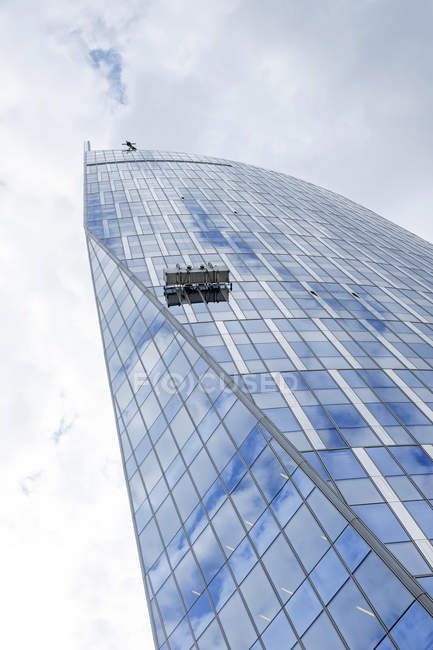 Bélgica, Lieja, ve a la fachada del edificio de oficinas moderno con ascensor fachada - foto de stock