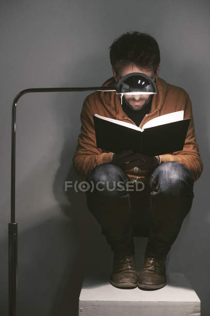 Man reading a book at home — Stock Photo
