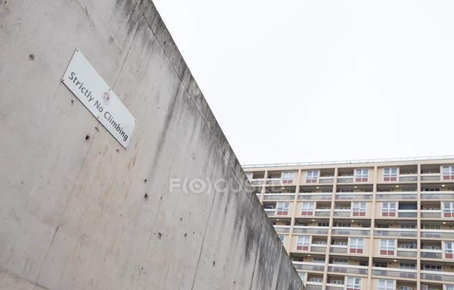 Reino Unido, Inglaterra, Bristol, muro de hormigón que rodea el patio de recreo frente al edificio - foto de stock