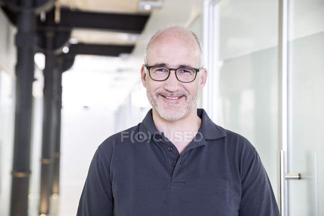 Maturo uomo in occhiali — Foto stock
