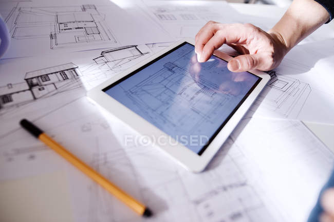Architetto con tablet digitale — Foto stock