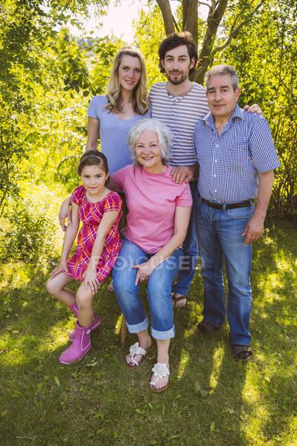 Porträt einer Drei-Generationen-Familie im Garten — Stockfoto