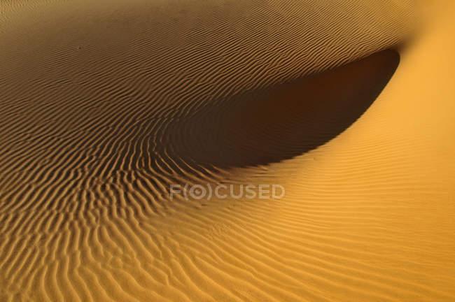 Красивый вид на природный ландшафт с песчаными дюнами пустыни Сахара, Алжир, Северная Африка — стоковое фото