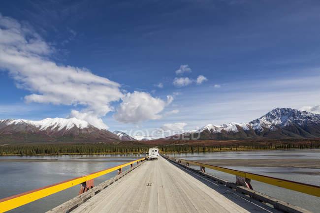 Route de Denali et rivière Susitna chez camper sur le fond, Alaska, Usa — Photo de stock