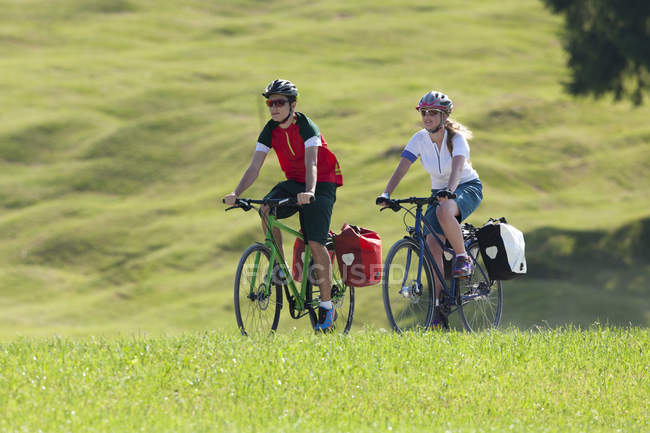 Two teenagers on a bicycle tour with trekking bikes — Stock Photo