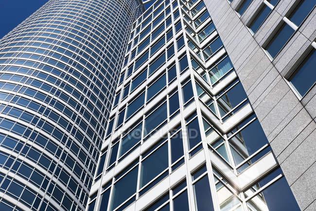 Germania, Francoforte, Taunusturm, edificio per uffici contro il cielo blu — Foto stock