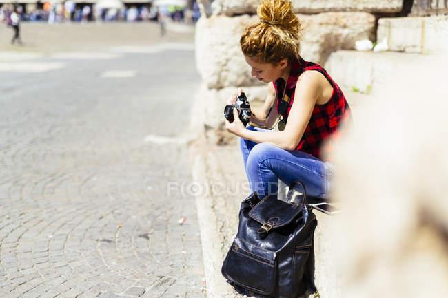 Италия, Верона, женщина, сидящая на лестнице, глядя в камеру — стоковое фото