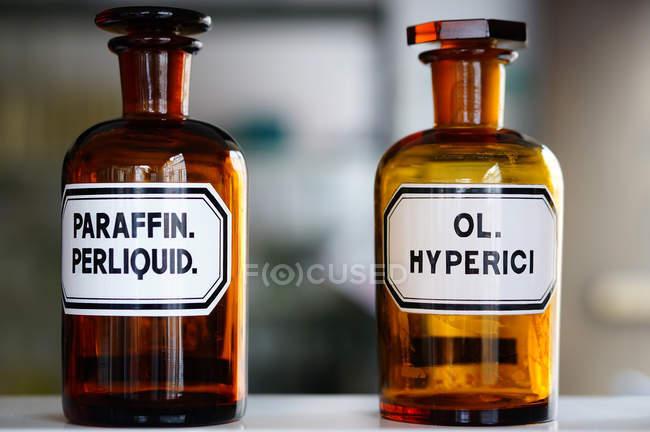 Макро двох медичних колби етикетки — стокове фото
