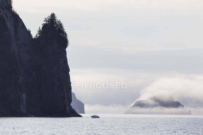 USA, Alaska, Seward, Resurrection Bay, view to rocks and sailing boat — Stock Photo