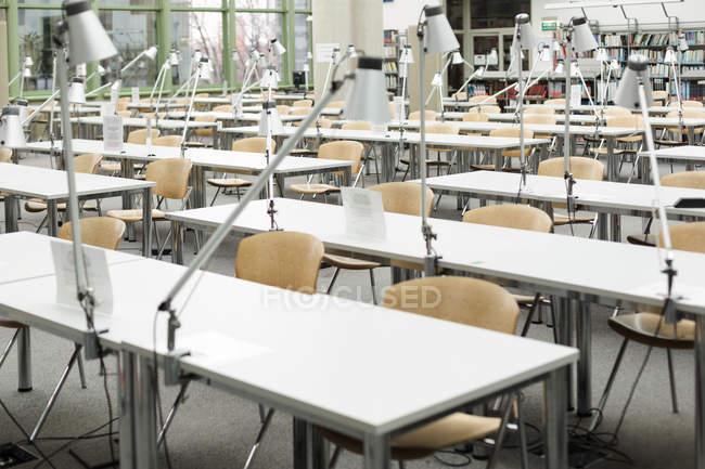Пустой читальный зал в университетской библиотеке — стоковое фото