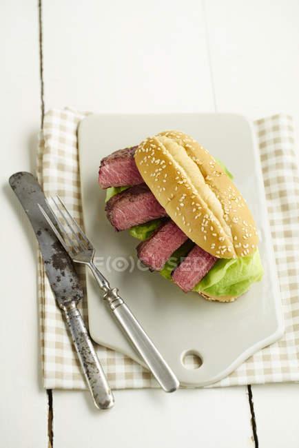 Стейк-бургер з біфштекс і салат на Розробні рада — стокове фото
