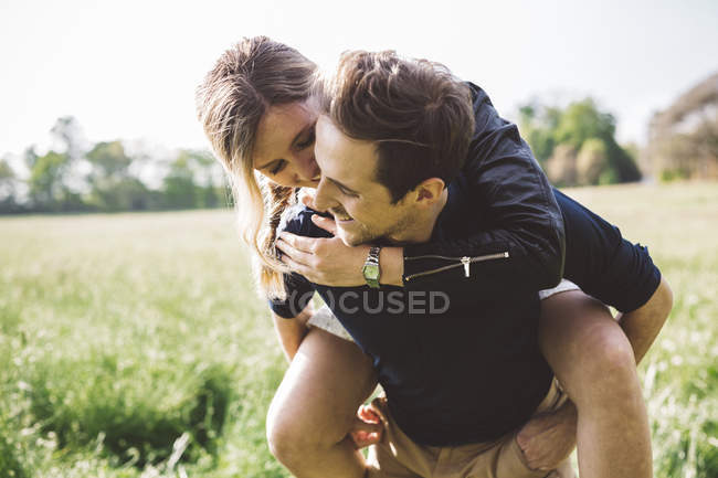 Man giving his girlfriend a piggyback ride — Stock Photo