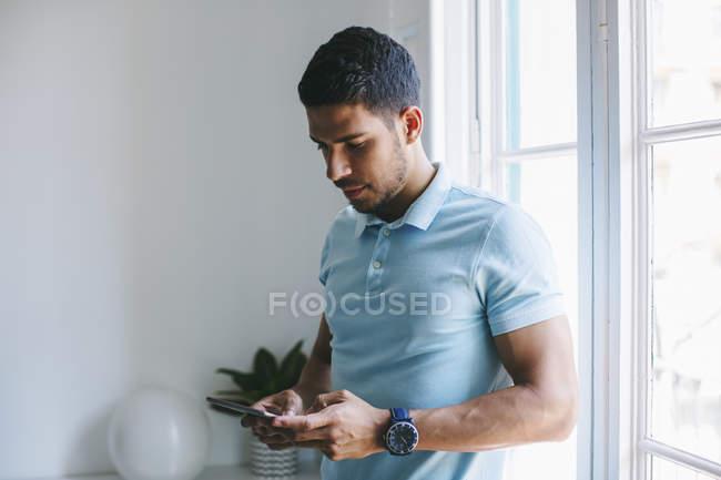 Jungunternehmer nutzt digitales Tablet im Büro — Stockfoto