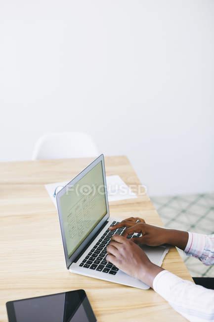 Femmes mains utilisant l'ordinateur portable au bureau au bureau — Photo de stock