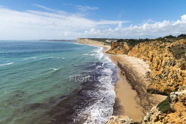 Vista de costa rochosa do oceano — Fotografia de Stock