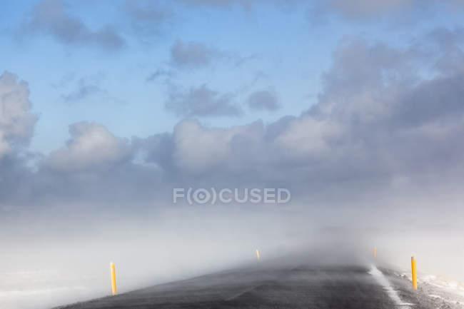 Route vide d'Islande, Snaefellsnes, tempête de neige sur l'asphalte — Photo de stock