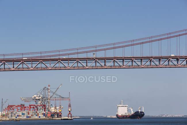 Португалия, Лисбон, вид на мост 25-го де-Абриль в районе реки Рюс и городской гавани — стоковое фото