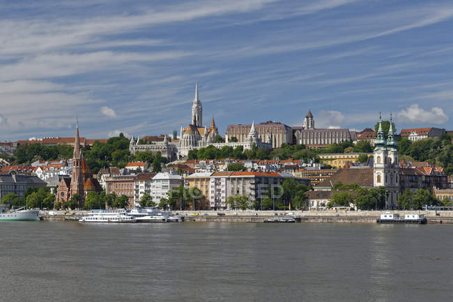 Hungary, Budapest, Pest, Matthias Church and Fishermans Bastion by Danube river — Stock Photo