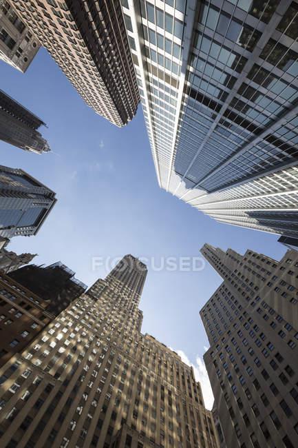 США, Нью-Йорк, Манхеттен фінансового району, переглянути знизу — стокове фото