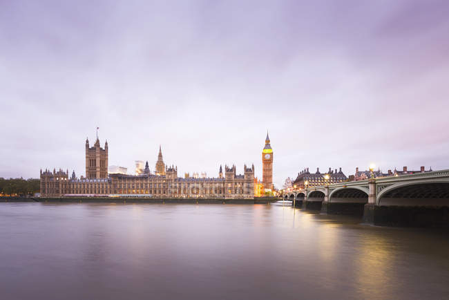 United Kingdom, England, Big Ben and Houses of Parliament and Themse bridge in the evening — Stock Photo