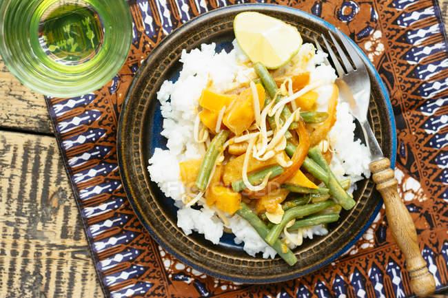 Thai Kürbis-Curry mit Reis, grüne Bohnen und Rosenkohl — Stockfoto