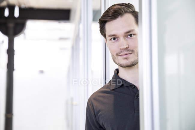 Homem olhando para a câmera — Fotografia de Stock