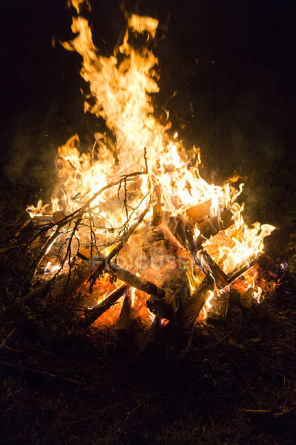 Brennendes Feuer im Dunkeln — Stockfoto