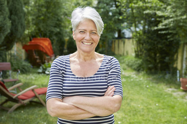 Portrait of smiling woman in the garden — Stock Photo