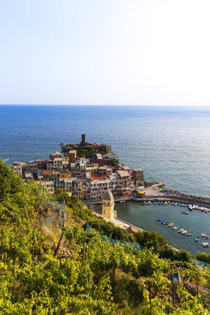 Italia, Liguria, Cinque Terre, Veduta del borgo di pescatori Vernazza — Foto stock