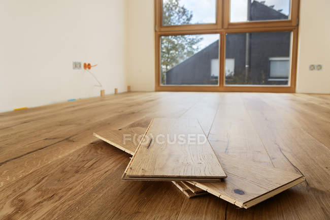 Room with finished oak parquet flooring indoors — Stock Photo