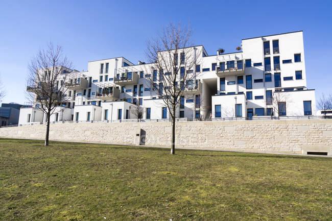 Germany, Hesse, Frankfurt Riedberg, view to modern multi-family house — Stock Photo