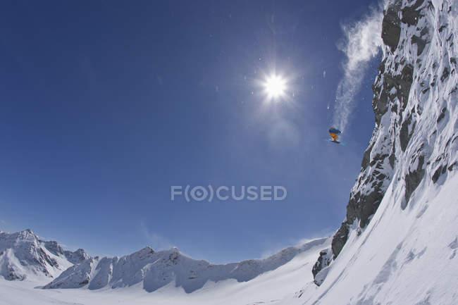 Joven de Austria, Tirol, hacer esquí freeride - foto de stock