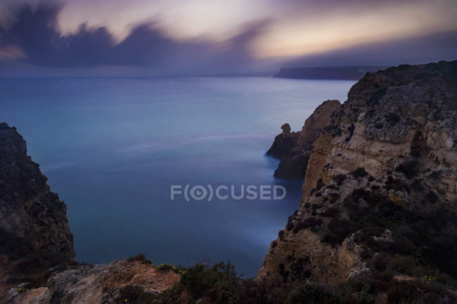 Costa rochosa à noite — Fotografia de Stock