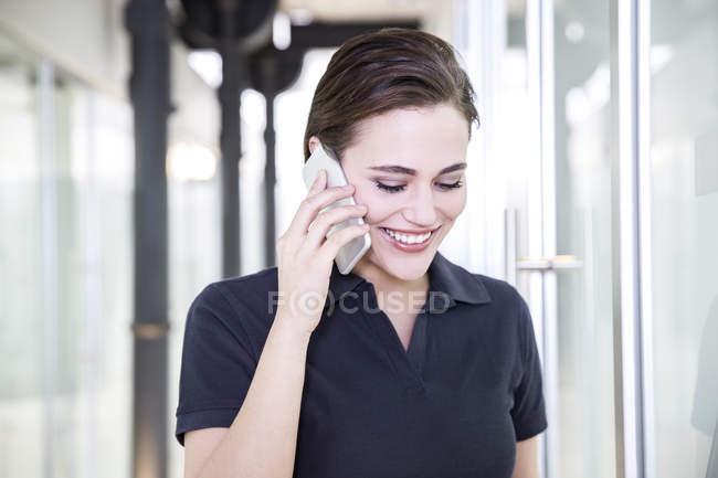 Giovane donna utilizzando smart phone — Foto stock