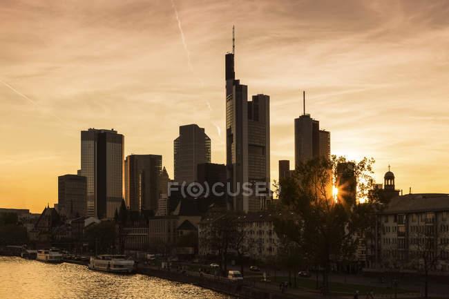 Deutschland, Frankfurt, Skyline im Sonnenuntergang — Stockfoto