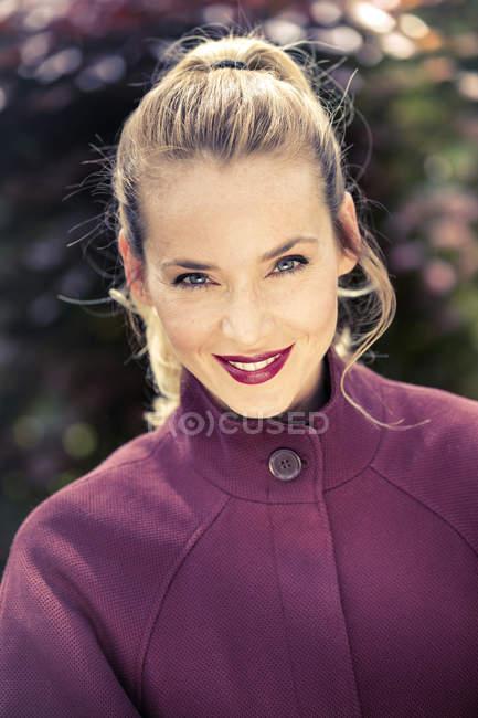 Портрет улыбающейся блондинки с хвостиком — стоковое фото