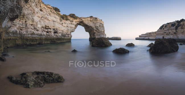 Costa de Portugal, Lagoa, Praia de Albandeira com formações rochosas — Fotografia de Stock