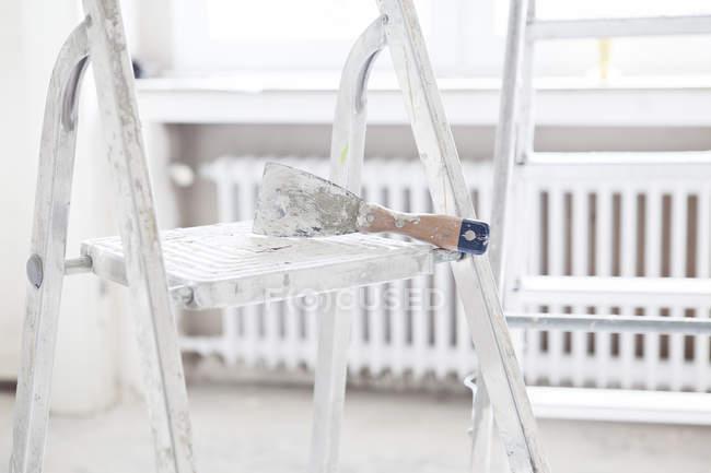 Скребок на крок сходи в приміщенні — стокове фото